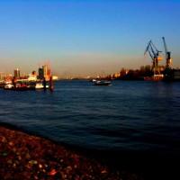 Hamburger Hafen im Sonnenuntergang
