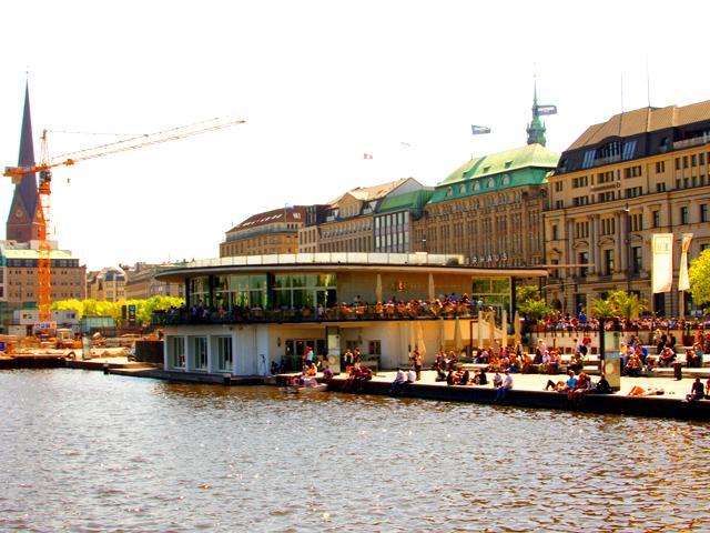 Alster mit Blick auf Alsterhaus in Hamburg