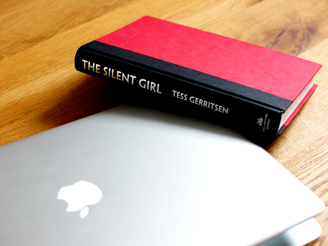 MacBook Pro und Thriller von Tess Gerritsen