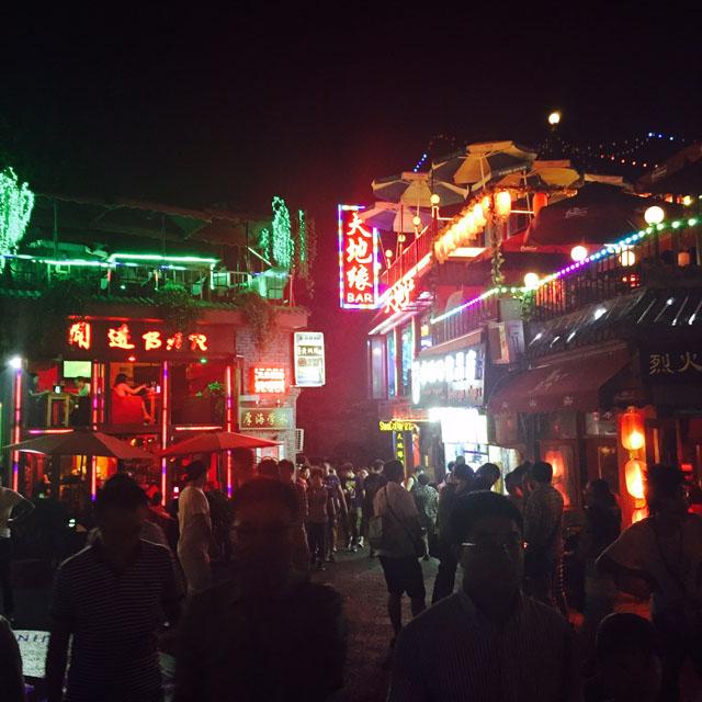 Strassen Beijings bei Nacht