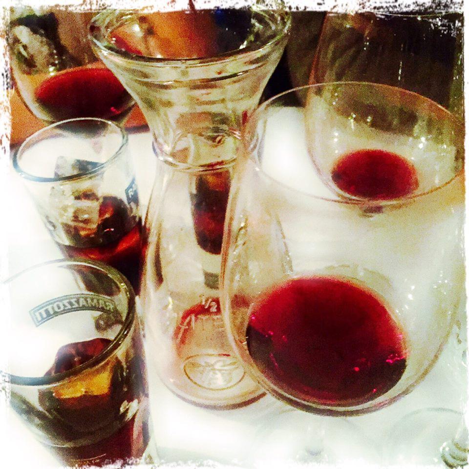 Bar Remo auf St. Pauli mit Wein und Ramazotti Gläsern