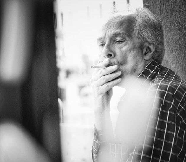 Rauchender Mann in Berlin Kreuzberg